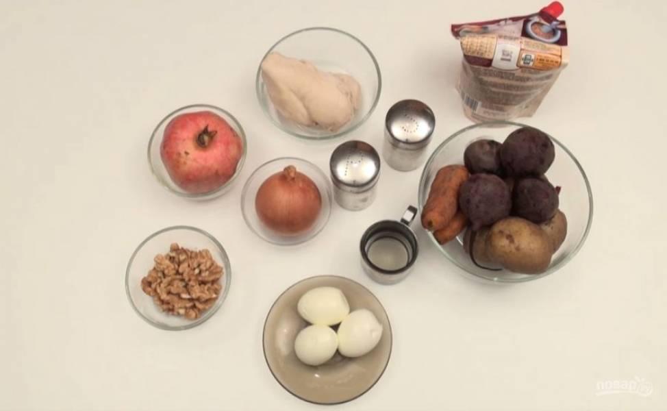 Натрите на крупной терке очищенный картофель, морковь, свеклу и яйца. Куриное филе нарежьте кубиками. Лук нужно нарезать и обжарить на растительном масле. Дальше нужно измельчить орехи, из граната извлечь зернышки. Возьмите тарелку, в центре поместите стакан. И теперь вокруг стакана выкладывайте ингредиенты.