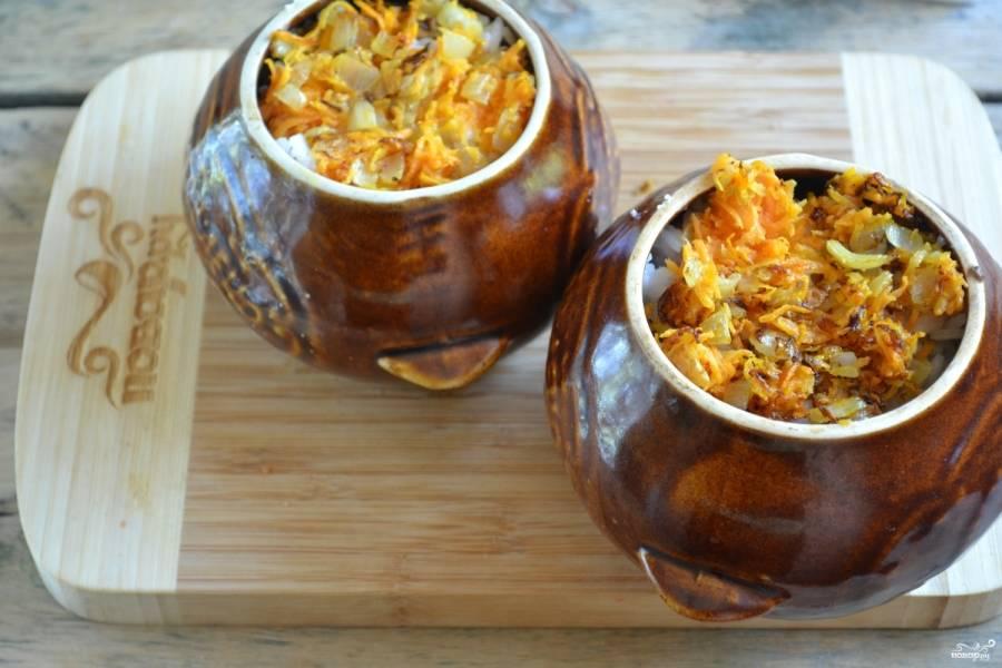 Накройте все пассерованными луком и морковью. Влейте в каждый горшок по 100 мл. воды или бульона и отправляйте в духовку на 40 минут. Я ставлю в холодную духовку, разогреваю ее до температуры 180 градусов.