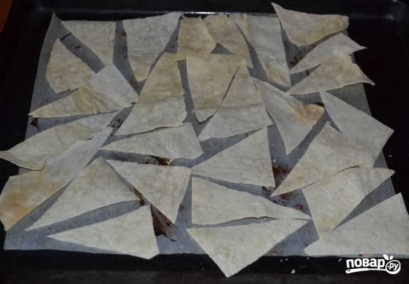 2. Нарежьте его произвольными кусочками и выложите на противень, застеленный пергаментом или фольгой.