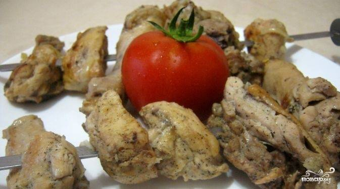 4. После того как шашлык замариновался, наденьте его на шампура и готовьте над углями в течение 10 минут. Теперь, когда вы знаете, как приготовить шашлык из курицы в уксусе, снимайте его с огня и угощайте вместе с овощами, зеленью, соусом. Приятного аппетита.