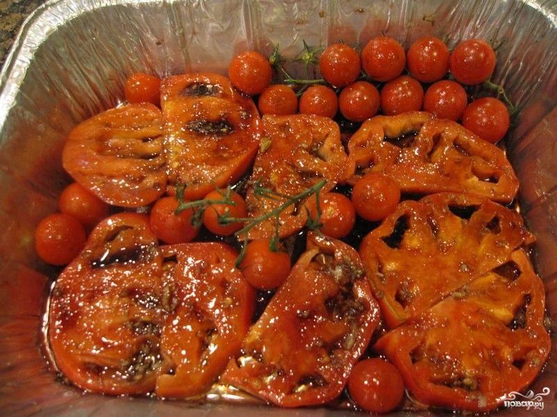 Выкладываем в форму для выпекания помидоры черри (можно вместе с веточками), заливаем все это дело получившимся соусом. Ставим в духовку и выпекаем 45-50 минут при 170 градусах.