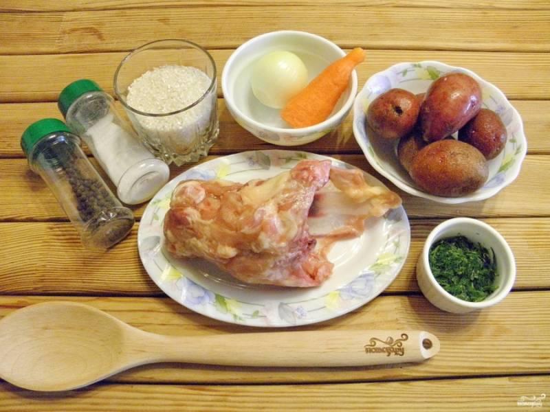 Подготовьте продукты для супа. Количество воды можно регулировать на свой вкус, в зависимости от желаемой густоты супа. Вымойте суповой куриный набор. Положите его в холодную воду, сварите бульон. Варите в течении 40 минут.