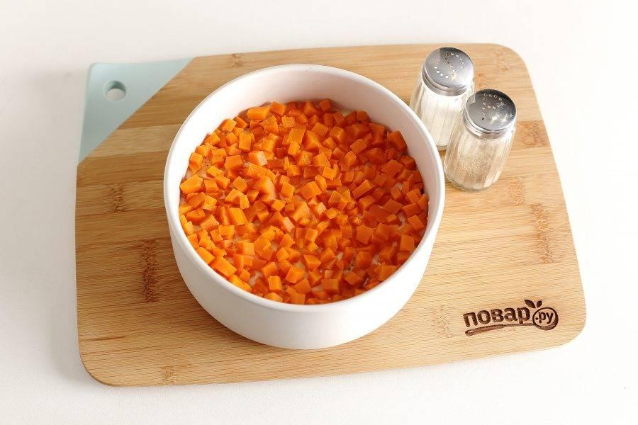 Последний слой — нарезанная морковь.