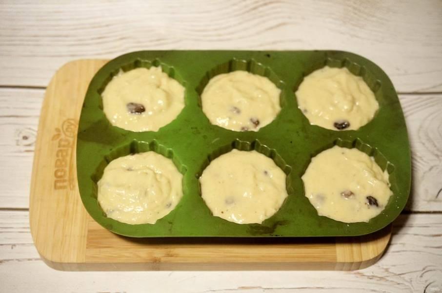 6. Выложите тесто в силиконовые формы для кексов.