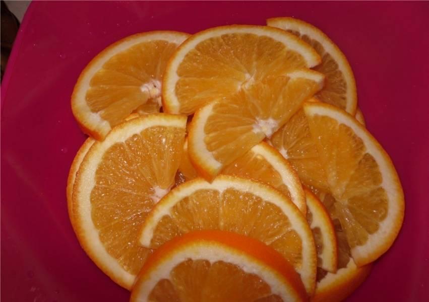 3. Курицу нужно подержать в таком маринаде хотя бы час. Тем временем чеснок и апельсины моем и нарезаем.