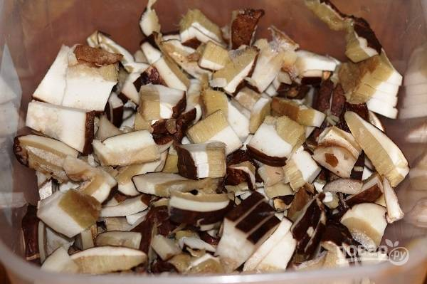 3. Пока варится бульон можно вымыть, обсушить и нарезать кусочками грибы. В данном случае это белый гриб, но можете взять и любые другие, которые любите.