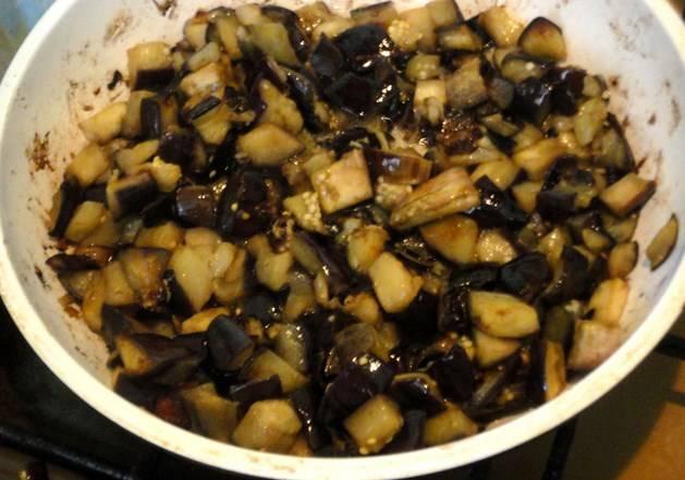 Разогрейте сковороду с маслом, обжарьте на ней баклажаны (на среднем огне).
