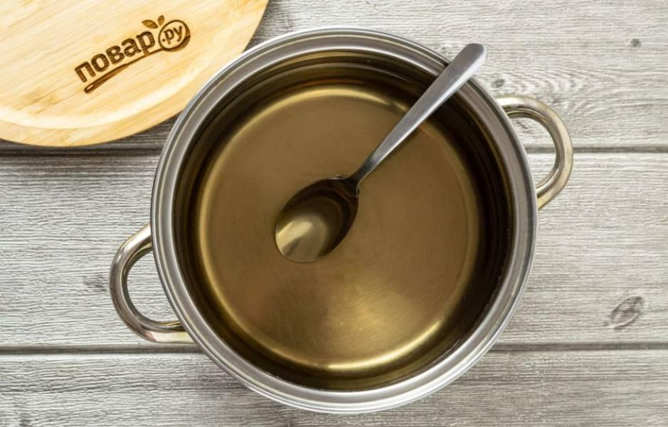 Для маринада вскипятите уксус и воду.