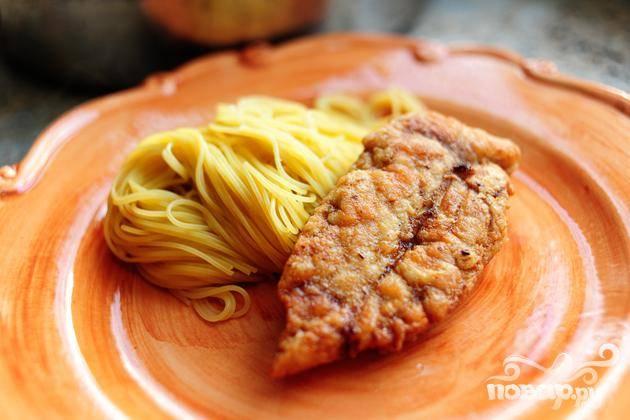 Готовую пасту выложить на тарелку вместе с куриной грудкой.