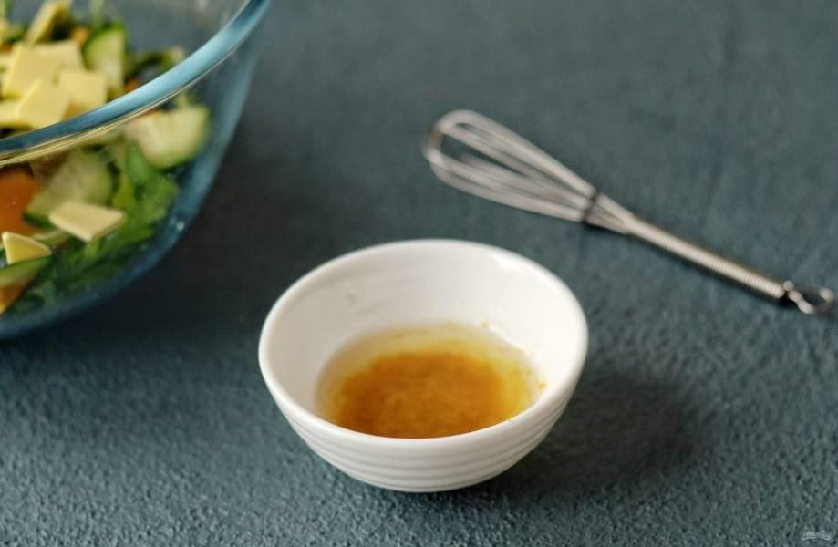 Для заправки смешайте кокосовый сахар, оливковое масло и горчицу.