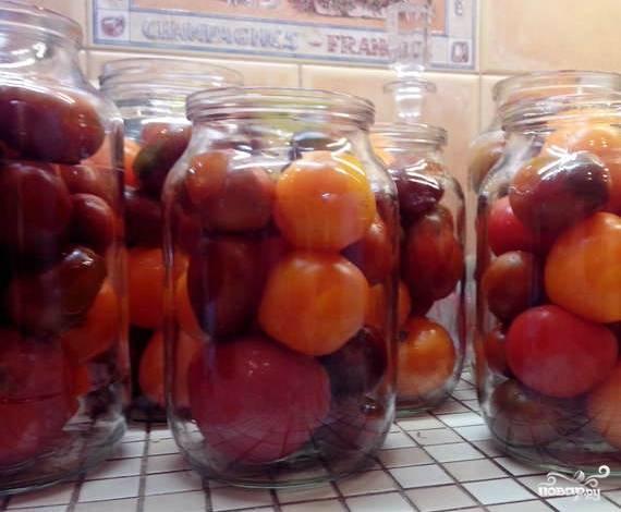 Отбираем помидоры. Самые твердые откладываем в одну сторону. Помягче - в другую. Твердые помидоры останутся у нас целыми. А мягкие пойдут на пюре. Нужно, чтобы твердых было больше. Хотя, это необязательно. Тщательно промываем все помидоры. Закладываем твердые в стерилизованные банки.