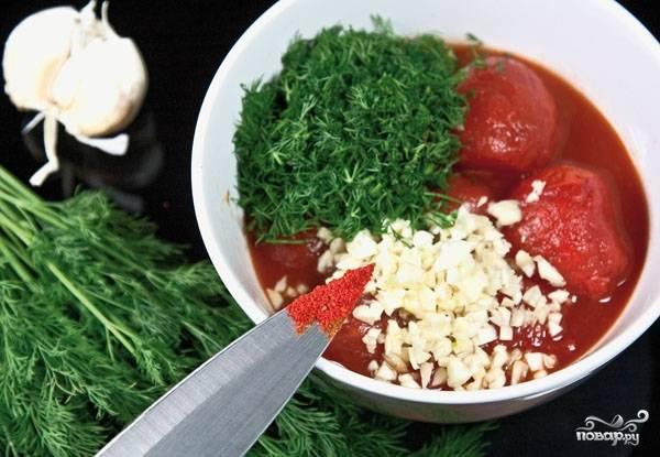 5. Отдельно готовим соус: измельчаем помидоры или берем томатную пасту (можно морс), добавляем нарезанную мелко зелень и чеснок, а также специи по вкусу.