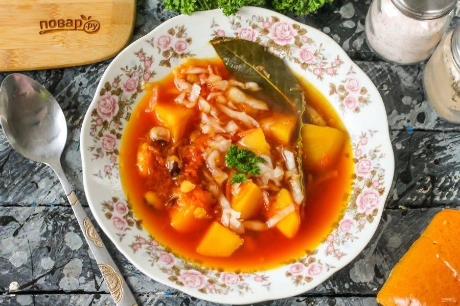 Разлейте блюдо в глубокие тарелки и подайте к столу горячим. По желанию присыпьте измельченной зеленью и выложите сметану или майонез.