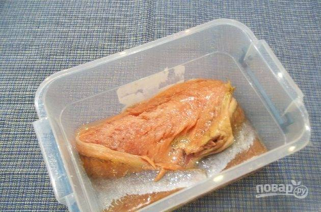 Затем уложите оставшуюся горбушу. Всыпьте оставшийся сахар и соль. Влейте масло. Закройте посуду крышкой.