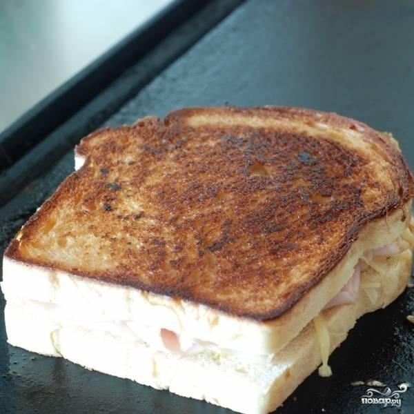 Обжариваем бутерброды на сливочном масле до золотистой корочки с обеих сторон.