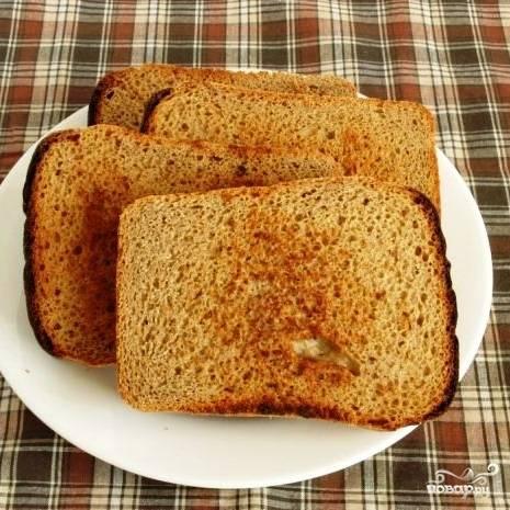 Ломтики хлеба кладем на сухую сковороду и на среднем огне подсушиваем до образования небольшой корочки. Если будут подгорать - капните чуть-чуть масла, но немного.