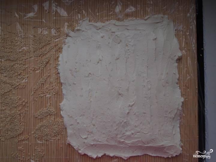 3.Творожную массу ложкой аккуратно выкладываем на коврик и равномерно распределяем в один слой.