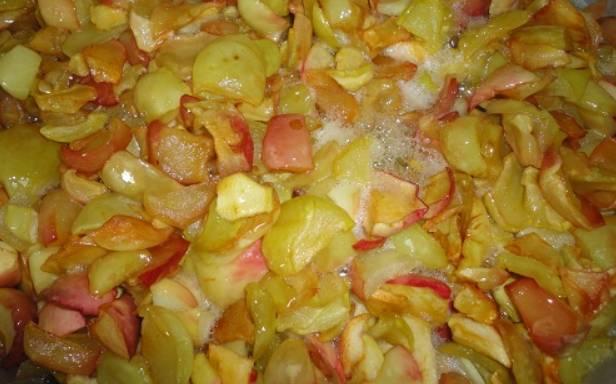 Тщательно промойте яблоки, затем обсушите, чтобы не было лишней влаги. Порежьте яблоки дольками, удалив сердцевину. Пересыпаем яблочки с сахаром в кастрюлю, в которой будете варить варенье. Оставляем на ночь, чтобы выделился сироп. Утром варенье следует прокипятить 5 минут.