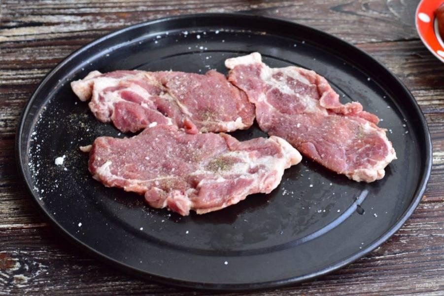 Мясо нарежьте так, как на отбивные. Посолите и поперчите его.