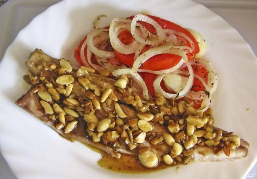 Готовую скумбрию, запеченную в духовке с помидорами, подавайте, полив соусом из орешков.