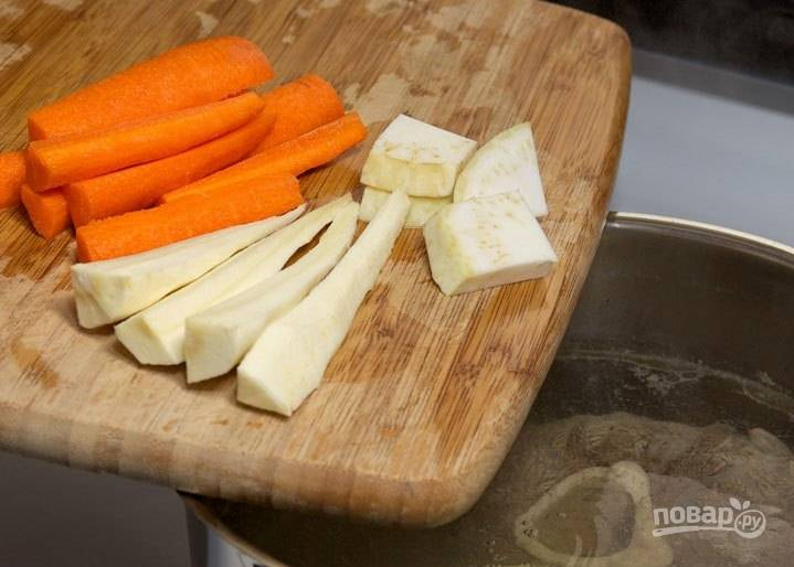 Морковку, сельдерей и корень петрушки почистите и отправьте в бульон.