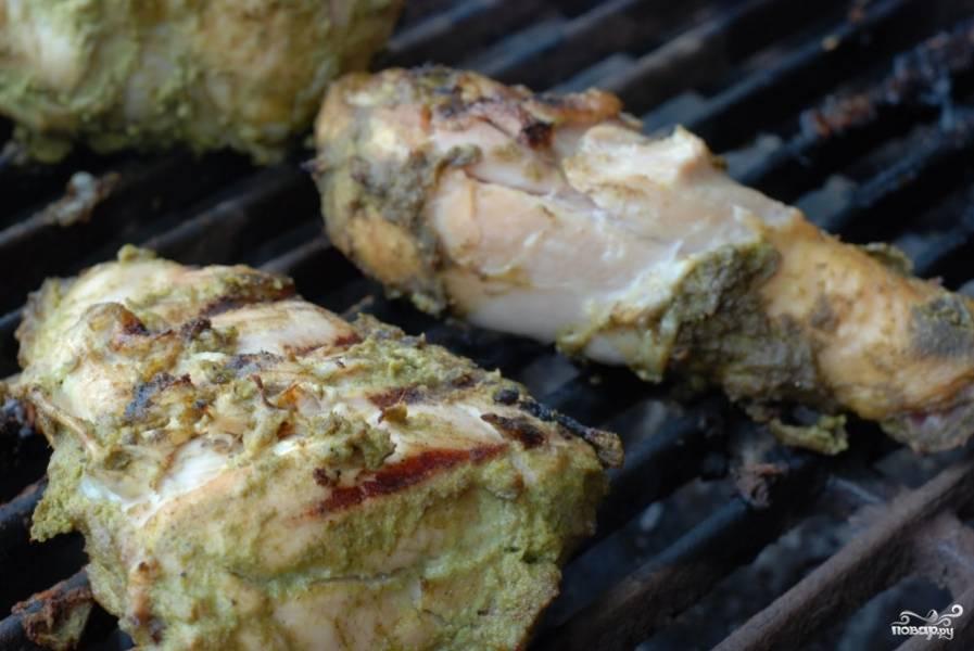 Жарим с обеих сторон до готовности при средней температуре. Если запекаете в духовке - то курица будет готова примерно после 20-25 минут запекания при 180-190 градусах.