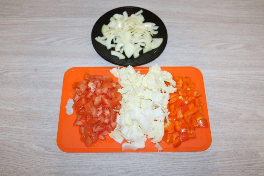 Пекинскую капусту нарежьте квадратами, помидоры и перец - кубиками, сельдерей - кусочками, репчатый лук - четвертькольцами.