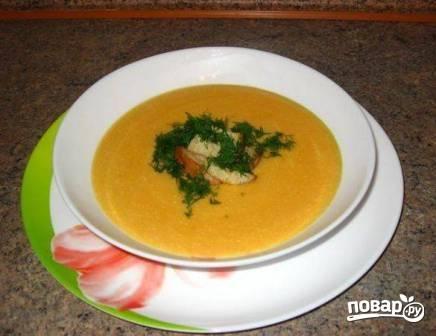 Наливаем суп в тарелку, посыпаем мелко рубленной зеленью и добавляем сухарики. Приятного аппетита!