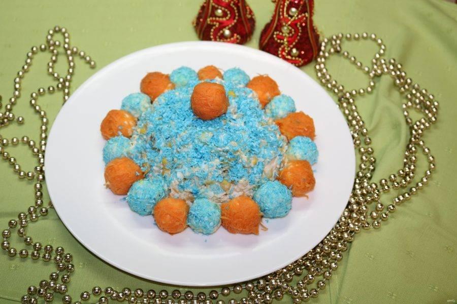 Выкладывайте шарики по кругу. Чередуйте морковные и кокосовые.