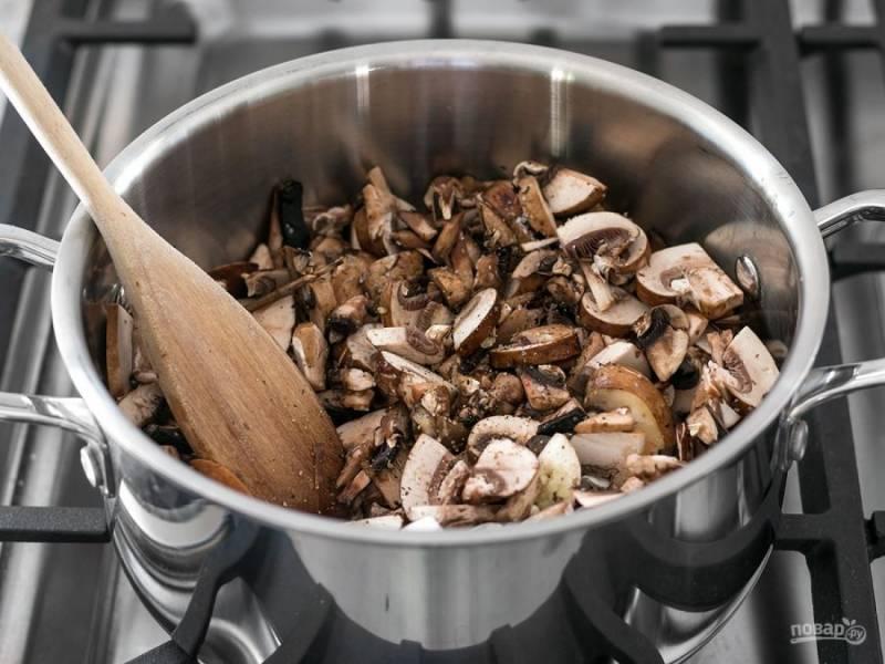 2.Почистите и измельчите чеснок. Добавьте в кастрюлю грибы, оливковое масло, чеснок, соль и перец по вкусу. Готовьте грибы на среднем огне пока вся влага не испарится и пока они не станут коричневого цвета.