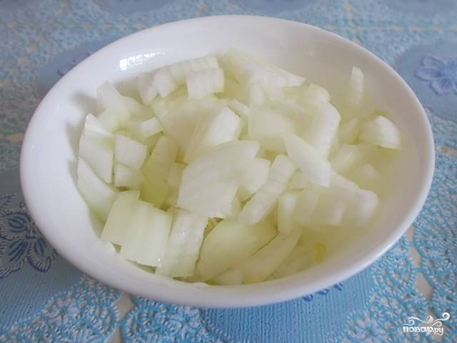 Мелко нарежьте лук. Морковь, кабачки, капусту и болгарский перец тоже нарежьте.