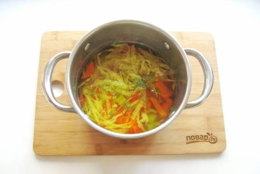7. В готовый суп добавьте измельченную зелень.
