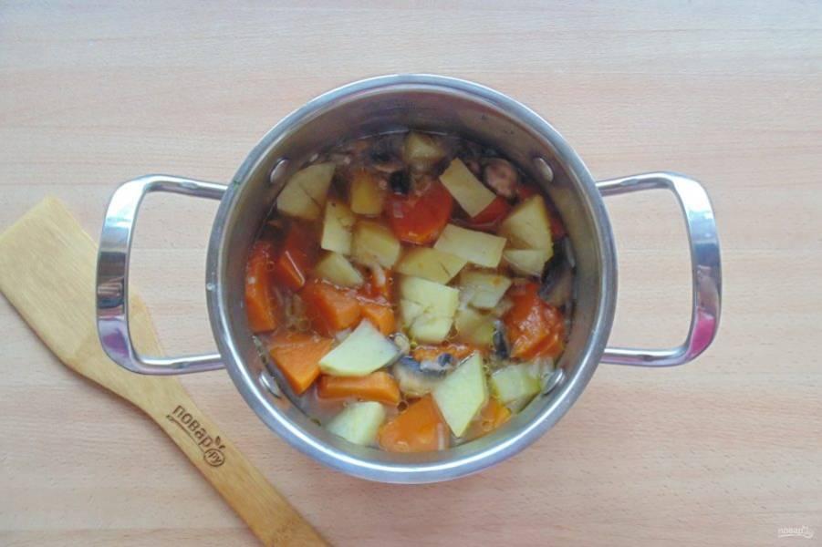 Овощи посолите, поперчите и варите до готовности.