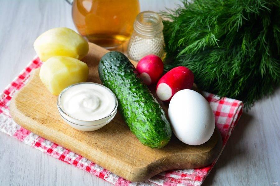 Подготовьте ингредиенты для холодного супа из кваса.