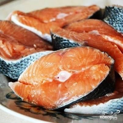Первое, что нужно сделать - выпотрошить рыбу (если у вас не выпотрошенная) и нарезать ее на стейки толщиной не более 2 см. Каждый стейк с обеих сторон натираем перцем и солью.