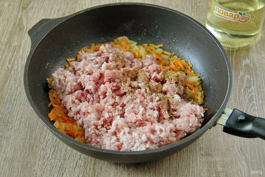 Добавьте в сковороду фарш, соль и любимые специи.