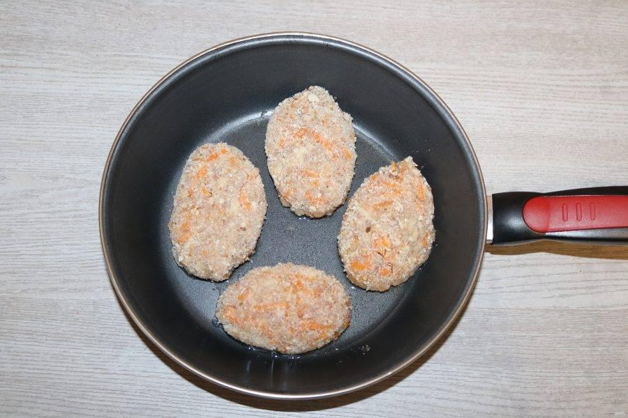 В разогретой сковороде с добавлением небольшого количества масла обжарьте котлеты.