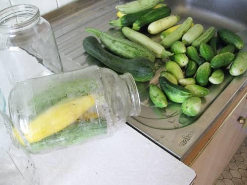 2. Овощи как следует вымойте, потомм дайте им немного обсохнуть. Удалите хвостики. Параллельно простерилизуйте банки и крышки.