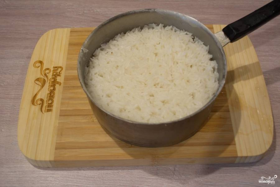 Белый рис промойте в нескольких водах. Залейте кипятком и проварите на среднем огне 5 минут. При варке рис посолите. После слейте воду. Рис будет еще сырым.