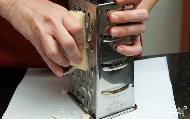 6. Сыр натрите на крупной терке (в то время, пока наши томаты выпекаются).