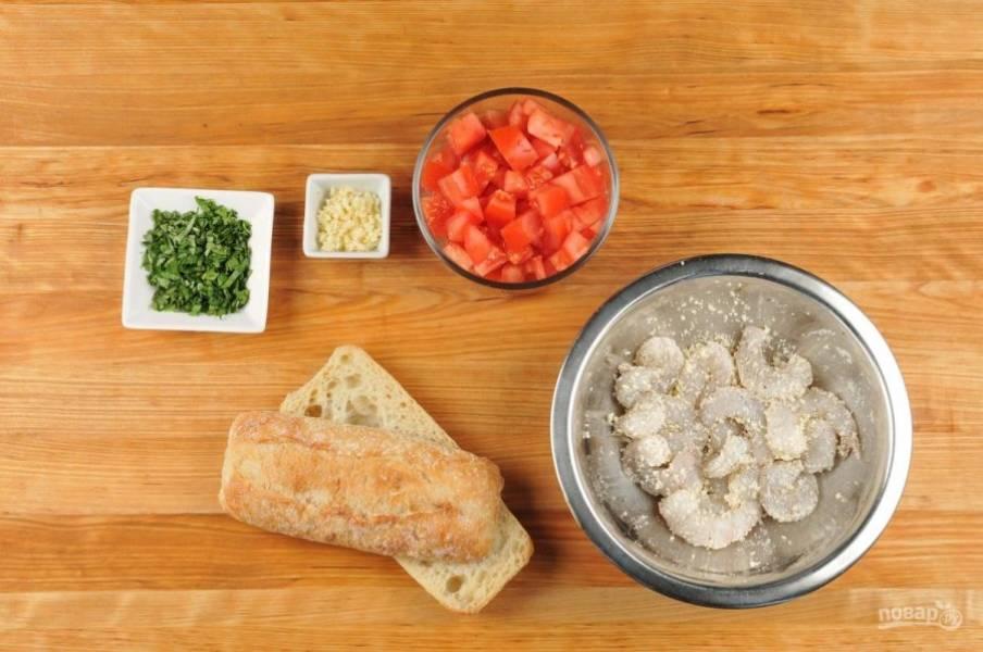 1. Для начала помидоры нарежьте кубиками. Чеснок и базилик измельчите. Багет разрежьте пополам. Креветки отварите в течение 2-х минут, почистите, а потом перемешайте с 2/3 частью натёртого сыра и перцем.