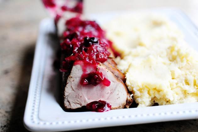 16. Свинина в брусничном соусе в домашних условиях может быть подана к столу. В данном случае блюдо дополнено картофельным пюре. Приятного аппетита!
