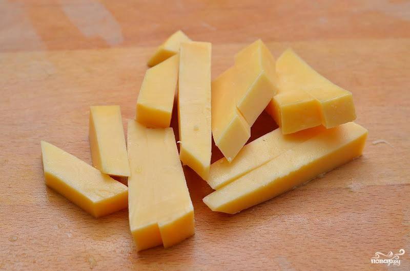 На аналогичные брусочки нарезаем сыр твердых или полутвердых сортов.