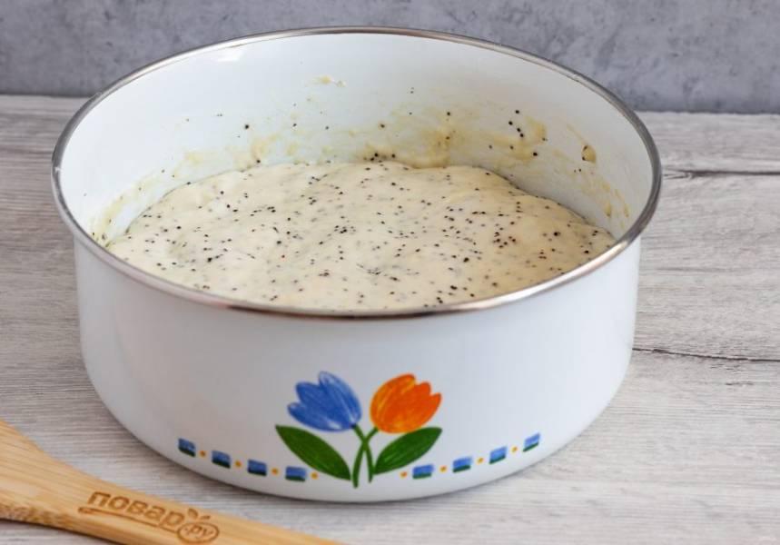 Берите тесто столовой ложкой и жарьте оладьи на сковороде с растительным маслом. При выкладывании теста с ложки на сковороду можно помогать себе второй ложкой.