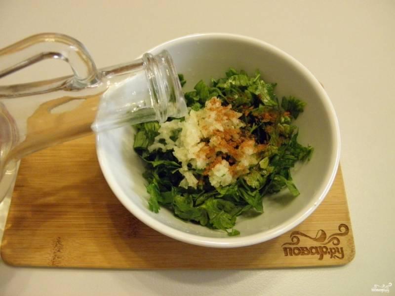 Теперь приготовьте маринад, для этого порубите мелко зелень петрушки, добавьте чеснок и перец красный молотый, уксус и воду. Перемешайте, маринад готов.