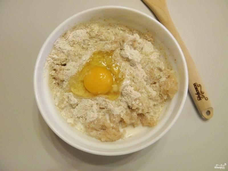 Возьмите глубокую посудину и сложите фарш, добавьте яйцо, молоко и перемолотые хлопья. Перемешайте и оставьте фарш на 15-20 минут.