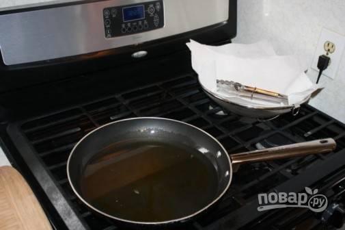 2.В сковороду налейте большое количество растительного масла и отправьте сковороду на огонь, хорошенько разогрейте.