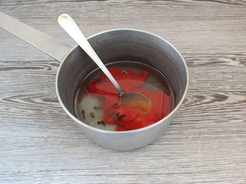 Приготовьте маринад. В сотейнике соедините томатную пасту, уксус, соль, сахар, растительное масло, перец и гвоздику. Перемешайте и поставьте на огонь. Нагревайте на умеренном огне, помешивая, до закипания. Подержите на огне еще 1-2 минуты и снимите. Охладите до комнатной температуры.