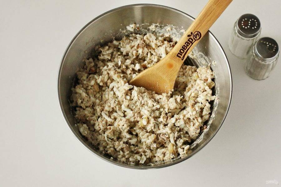 Заправьте салат майонезом, добавьте по вкусу соль и молотый перец и тщательно все перемешайте.