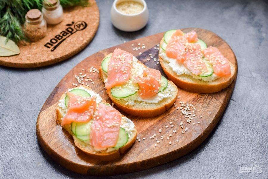 Посыпьте бутерброды кунжутом и подавайте к столу.